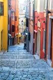 Opinião velha croata medieval da rua em Rovinj, Europa imagens de stock royalty free