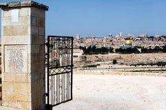 Opinião velha da cidade do Jerusalém das azeitonas da montagem fotografia de stock