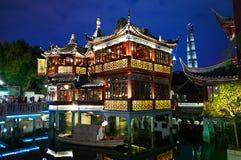 Opinião velha da noite da casa de chá da cidade de Shanghai, jardins yuyuan fotos de stock royalty free