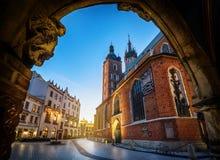Opinião velha do centro da cidade com a basílica do ` s de St Mary em Krakow, Polônia imagens de stock
