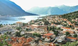 Opinião vermelha dos telhados da cidade mediterrânea de cima de fotografia de stock royalty free