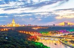 Opinião vibrante do por do sol do rio iluminado com pontes, BO de Moscou imagem de stock