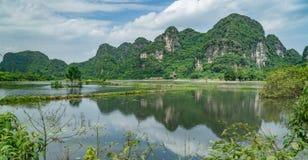 Opinião Vietname do lago imagens de stock