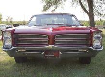 Opinión 1966 de la parrilla de Pontiac del rojo Fotos de archivo libres de regalías