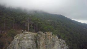 Opinión aérea épica los motoristas de la montaña que se colocan en la montaña en la niebla Cielo nublado, estación del otoño almacen de video