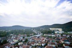 Opinión aérea altamente detallada de la ciudad con los cruces, caminos, casas Foto de archivo libre de regalías