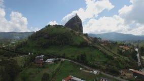 Opinión aérea ascendente del abejón La Piedra del Peñol en Colombia almacen de metraje de vídeo