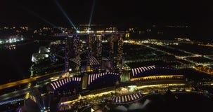 Opinión aérea asombrosa Marina Bay Sands Hotel en Singapur en la noche metrajes