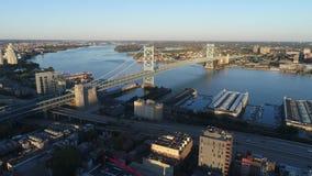 Opinión aérea Ben Franklin Bridge Philadelphia almacen de metraje de vídeo