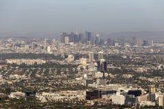 Opinión aérea céntrica Smoggy del bulevar de Los Ángeles y de Wilshire imagen de archivo