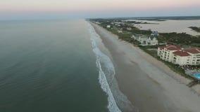 Opinión aérea Carolina Coastline del norte en la oscuridad metrajes