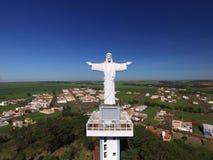 Opinión aérea Cristo el redentor en la ciudad de Sertaozinho, S fotos de archivo
