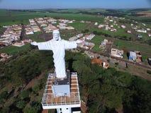 Opinión aérea Cristo el redentor en la ciudad de Sertaozinho, Sao Paulo, el Brasil fotos de archivo libres de regalías