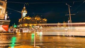 Opinión aérea cuadrada de Edimburgo en Escocia, Escocia en la noche 4K almacen de video