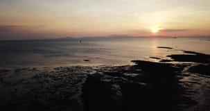 Opinión aérea de Beaeutiful Kuala Kedah Malaysia durante puesta del sol almacen de metraje de vídeo