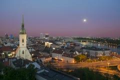 Opinión aérea de Bratislava en el crepúsculo imagen de archivo libre de regalías