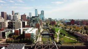 Opinión aérea de Denver con los puentes sobre el río de Cherry Creek almacen de video