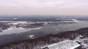 Opinión aérea de Kiev Vídeo del aire Nieve del invierno Ciudad Kiev, Ucrania Río congelado de Dnepr, el helipuerto Panorama del almacen de video