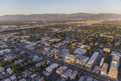 Opinión aérea de la última hora de la tarde Van Nuys Blvd en el San Fernando fotos de archivo