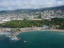 Opinión aérea de la bahía de Acapulco con la bandera grande mexicana desde arriba Foto de archivo libre de regalías