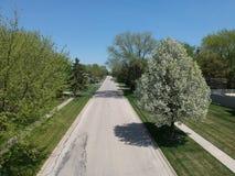 Opinión aérea de la calle de la vecindad en los suburbios Imagenes de archivo