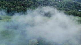 Opinión aérea de la cantidad del abejón: Vuelo sobre pueblo de montaña con el bosque en luz suave de la salida del sol Paisaje ma almacen de metraje de vídeo