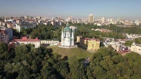 Opinión aérea de la cantidad rápida a la iglesia del ` s de St Andrew en la capital de Ucrania metrajes