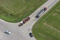 Opinión aérea de la carretera rural del tráfico de la intersección Imagen de archivo