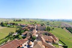 Opinión aérea de la ciudad de Barbaresco, Langhe, Italia Fotos de archivo libres de regalías