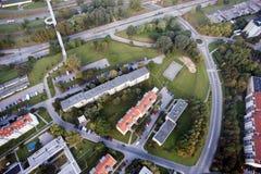Opinión aérea de la ciudad con la encrucijada, caminos, casas Foto de archivo libre de regalías