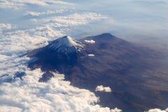 Opinión aérea de la ciudad de México DF del volcán de Popocatepetl foto de archivo libre de regalías