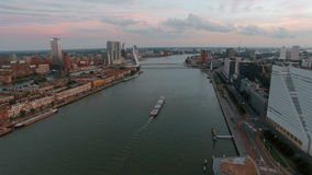 Opinión aérea de la ciudad de Rotterdam con el río metrajes