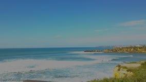 Opinión aérea de la costa atlántica, siguiendo, tiro del abejón del abejón de las ondas que golpean rocas, en la costa portuguesa almacen de video