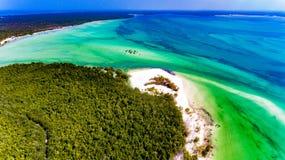 Opinión aérea de la costa de Zanzíbar sobre el océano Imagenes de archivo