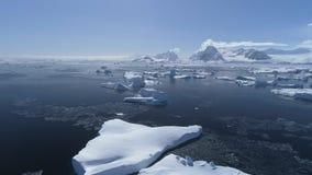 Opinión aérea de la costa del abejón épico antártico del paisaje almacen de video