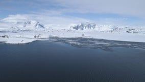 Opinión aérea de la costa majestuosa del paisaje marino de la Antártida metrajes