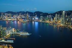 Opinión aérea de la escena de la noche de Hong Kong Imagenes de archivo