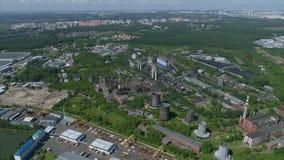 Opinión aérea de la fábrica de la contaminación metrajes