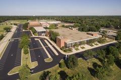 Opinión aérea de la High School secundaria Foto de archivo