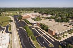 Opinión aérea de la High School secundaria con Ballfields Fotos de archivo libres de regalías