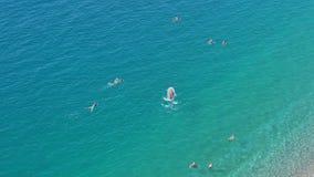 Opinión aérea de la mañana de la bahía del ángel famoso con la natación de la gente, Niza metrajes