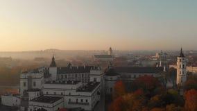 Opinión aérea de la mañana de la catedral de Vilna y del Museo Nacional de Lituania almacen de video