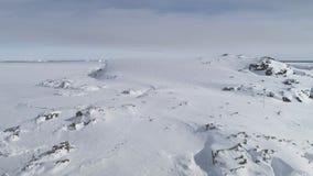 Opinión aérea de la montaña nevada de la Antártida almacen de metraje de vídeo