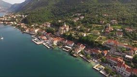 Opinión aérea de la noche de la ciudad Kotor en la opinión de MontenegroAerial de la ciudad Prcanj en la bahía de Kotor Montenegr metrajes