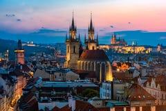 Opinión aérea de la noche de la ciudad vieja de Praga Foto de archivo libre de regalías