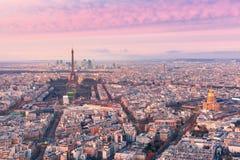 Opinión aérea de la noche de París, Francia Foto de archivo libre de regalías