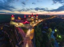 Opinión aérea de la noche del castillo de Kamianets-Podilskyi en Ucrania foto de archivo libre de regalías