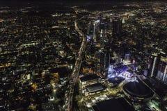 Opinión aérea de la noche del Harbor Freeway y de Los Ángeles California Imagen de archivo libre de regalías