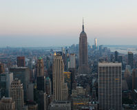 Opinión aérea de la noche del horizonte de Manhattan en Nueva York Fotos de archivo