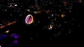 Opinión aérea de la noche del horizonte y de la noria de la ciudad Opinión superior Ferris Wheel en el Central Park en la noche c almacen de video